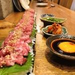 30㎝の板に乗っけた馬刺ユッケ寿司
