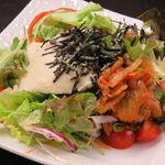 使う分だけ毎日練り上げる自家製の豆乳豆腐 有頭海老と佐賀レンコンを使ったおつまみ的サラダです。