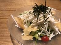 大根スライスとレタス、水菜、トマトにカリッと揚げたワンタンとの相性はバッチリ