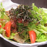 その日に仕入れた魚介類をふんだんに使った海鮮サラダ。和風ドレッシングで仕上げています♪