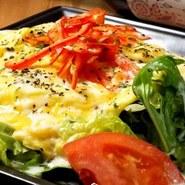 8種の冷たいサラダと出来立ての暖かいオムレツとのコラボと 自家製のマリネ液で漬け込んだ旬の野菜と炭火で厚切りベーコンを焼き上げたサラダ