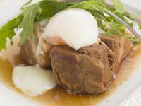 こだわりの醤油を使って煮込まれた一品。柔らかな角煮に半熟卵がほどよく絡み、くせになるおいしさです。