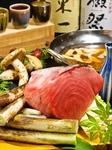 OPEN当初からある人気のねぎま鍋で 毎日仕入れる本マグロを贅沢にお鍋でどうぞ。 生マグロにこだわり冷凍マグロは使わない本物の味を提供致します。 出汁にもこだわりエソの隠し味を加え深みがある味わいです。