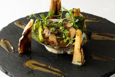 海の恵みをまるごと楽しめるひと皿『三陸産アワビのグラタン ウニのリゾット』