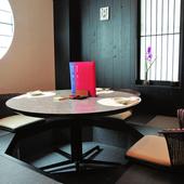 丸テーブルがモダンな雰囲気。6名用の個室「亀山社中」