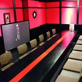 赤の壁と黒の柱が華やかな雰囲気。16名収容可能な個室「丸山」
