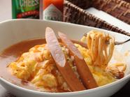 野菜や肉の旨みたっぷり! ピリッと辛いあんかけソースと卵のハーモニー『オムチーズスパ』