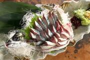 こだわりの鮮魚は毎朝仕入れを行っているそう。その日の良質な旬の魚をたっぷりと堪能できます。  1人盛980円/2~3人盛1,880円/4人盛2,580円