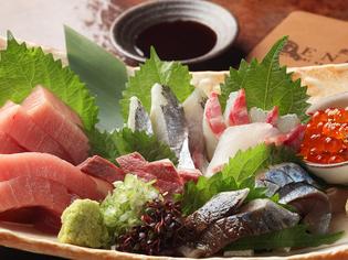 毎朝仕入れる旬の鮮魚。新鮮ならではの味わいを召し上がれ