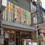 お店はなんば駅より徒歩3分のところにあり、アクセス良好です。商業施設も近く、会社帰りや買い物途中に立ち寄れるのが便利なところ。ほっと一息つける店内で、のんびりとくつろぐことができる空間です。