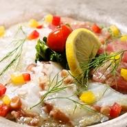 丸ごと一匹、新鮮なオマール海老を使った贅沢な逸品。オマール海老は注文が入ってから調理しています。