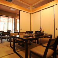 接待やデートなどに人気の個室は、落ち着いた雰囲気漂う心地のよい空間。だれにも邪魔されず、自分たちのペースでゆっくりお食事を楽しみたい時におすすめ。(土日祝日、9月~11月の個室利用は要相談)