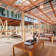 2014年9月に新名神・信楽インターから約1分という大変便利な場所に移転した真新しい店舗。竹林に囲まれた床席や東屋風の席がり、お天気が良い日は、自然の風を感じながらお食事が楽しむことができます。