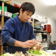 お客さまの様子には常に気を配り、言われる前に察して行動するよう努めています。自慢の料理を気持ちよく楽しんでいただくために、日々心がけています。