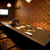 落ち着いた雰囲気の個室を完備。くつろいで食事ができます