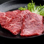 さっと焼いて口に運ぶと、溶けてゆくような感覚です。「カイノミ」はバラ肉の旨みとヒレの柔らかさを同時に味わえる、一頭からわずかしか取れない希少部位。黒毛和牛の濃厚な旨みを満喫できます。