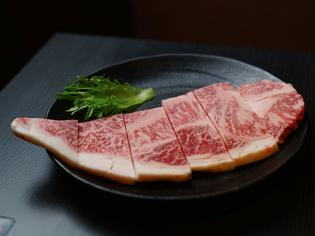 柔らかな肉質の肉の旨みたっぷり『黒毛和牛の厚切りロース』