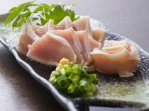 色味が美しく、さっぱりと味わえる『国産鶏タタキ刺』