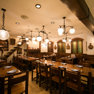 コンセプトは南イタリアのリゾート地。カジュアル過ぎず、決して畏まらず食事を楽しめる雰囲気づくりを心がけています。コンセプト通りの居心地の良さがまた、この店の料理を本場・ナポリの味に引き上げています。