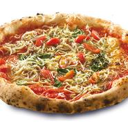 シラスの塩気とトマトの相性が良いナポリでも定番のピッツァ。