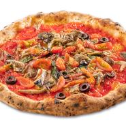 マリナーラにキノコ、オリーブ、サラミ、トマトをトッピングしたナポリのピッツェリア「デル・ポポロ」の名物ピッツァ。