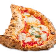 イタリア語で「赤い月」。マルゲリータとリピエノを1枚で味わえるピッツァ。