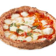 プーリア州名産のブラータチーズを乗せた濃厚でクリーミーなマルゲリータ。