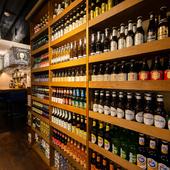 世界各国の多彩なビールが圧巻のラインナップでお出迎え