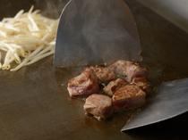料理内容に合わせ、温度の微妙な調節が可能な電気の鉄板