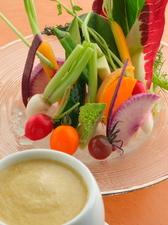 新鮮野菜の旨みを感じる逸品。『農園野菜のバーニャカウダ』