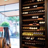 棚にずらりと並べられている厳選ワインの数々