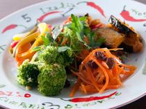 イタリアンカラーの彩り美しい前菜が並びます
