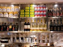 食材が綺麗に並べられ、整然とつくられた棚
