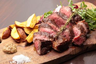 噛み締めるたびに肉本来の旨味が赤身から「リ・カーリカの和牛」