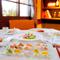 レトロな雰囲気で…お箸でラフに食事を召し上がって頂けます