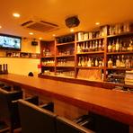 カウンターは二人だけで過ごせる大人の空間。大切な方と食事を楽しみたいときには、カウンター席がぴったり。美味しい料理とお酒で、しっとりとした時間を過ごすことができます。時には大人の雰囲気で…