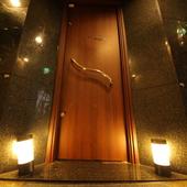 重厚な扉の奥には、落ち着いた大人の空間が広がっています