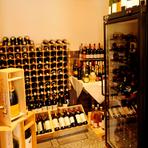 室内にはワインセラーと栓を開けられるのを待つ、多くのワインが。フランスワインが中心ですが、アルゼンチンやカリフォルニアの品質の良い気軽なものも揃えているので、まずはソムリエに尋ねてみましょう。