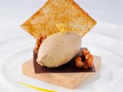 香水に使われる個性的な香りのトンカ豆のアイスクリームをヘーゼルナッツ、マンゴーのソースでさっぱりと。