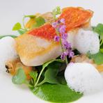毎日シェフ本人の選ぶ鮮魚に、色鮮やかなソース、そしてあさり出汁のムースで自慢の一品に。