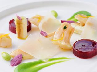 焼葱とビーツのサラダ ミル貝の黄身酢あえ プティポワのソース