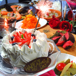 記念日は素敵な雰囲気の当レストランへ。 ホールケーキにはお好きなメッセージを入れられます。