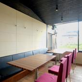 眺めのいい2階席は木の質感を活かした内装で落ち着いた雰囲気