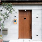 シンプルな木の一枚扉が目印。美味溢れる隠れ家へようこそ