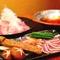 定番の鴨鍋を更に改良してしゃぶしゃぶに。河内鴨に鳥取産大山豚の、夏野菜、出汁との相性も抜群です。
