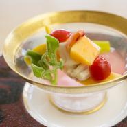 昆布押しして焼き目をつけ香ばしさを高めた『沖縄ミーバイ』。沖縄の野菜をふんだんに使い引き出された旨みが堪能できます。ハイビスカスのうす甘い酢でさっぱりと。(期間限定会席に含む)