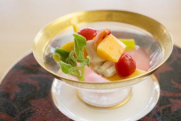 パパイヤ、沖縄ミーバイの焼き霜、やんばるトマト、アイスプラント、ハイビスカスゼリー掛け『先付』