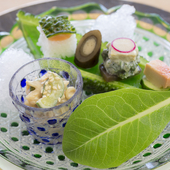 ミミガ-の胡麻酢和え、畑の苦菜の白和え、ゴーヤの寿司、豆腐よう、鋳込み牛蒡などが味わえる『前菜』