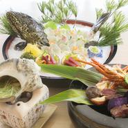 地元ならではの味を堪能していただけるよう市場には常に顔を出し旬の食材を求めています。地元農家と提携している野菜、陸上洋食で育てる所から関わりを持っているミーバイなど鮮度の良い物を取り揃えております。