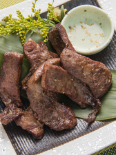 爽やかな味わいの『厚切り牛タンの炭火焼き』